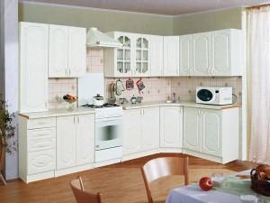 Дизайн столовой и белая кухонная мебель