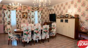 Интерьер столовой в доме и яркие цветочные идеи