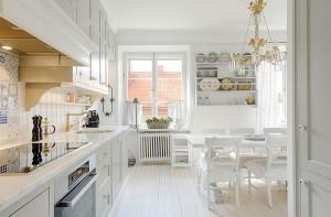Белая мебель и интерьер вашей кухни- столовой в доме