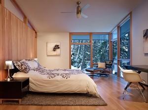 Спальня в коттедже. Выбор текстиля для окон и типа отопительных приборов