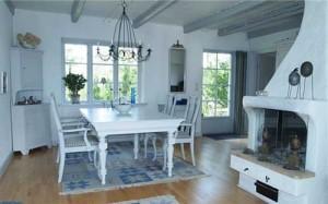 Деревенский домик в белом цвете. Правила успешного оформления интерьера и подбора декора