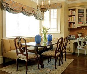 Угловой диван и интерьер столовой в доме